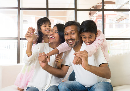 familia feliz: happy indian family at living room