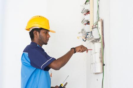 solucion de problemas: electricista indio masculino Foto de archivo