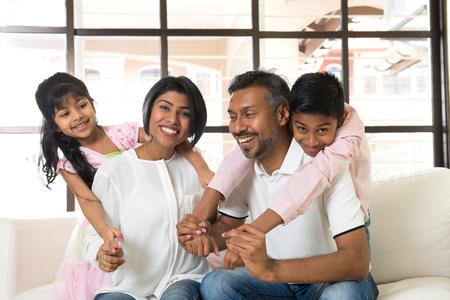 mama e hijo: familia feliz indio en la sala de estar Foto de archivo