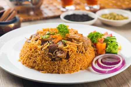 agneau madghout, riz arabe populaire avec de la viande pendant le Ramadan