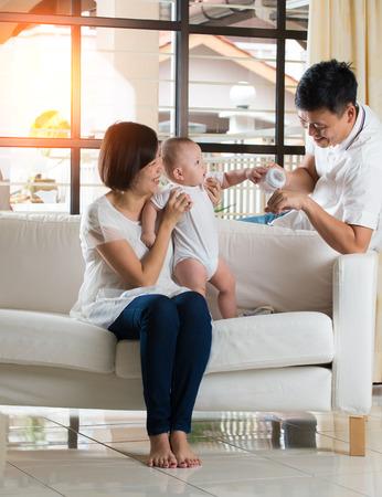 niño de alimentación padre asiático