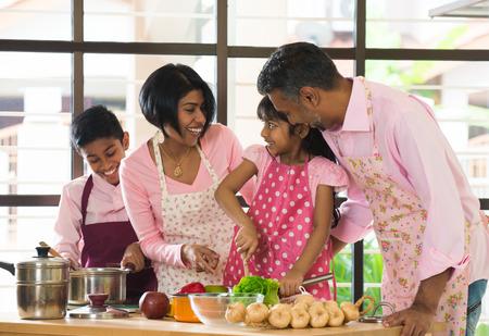 インドの家族が自宅で料理が忙しい時間を過ごす