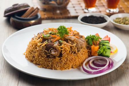 comida arabe: madghout cordero, arroz árabe popular entre la carne durante el Ramadán