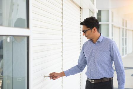 abriendo puerta: Puerta de apertura de hombre de negocios indio Foto de archivo