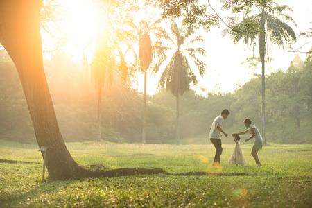 ragazza innamorata: Happy Asian Famiglia godendo il tempo della famiglia insieme nel parco