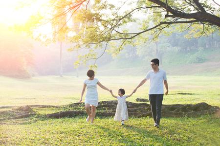 행복 한 아시아 가족 함께 공원에서 가족 시간을 즐기고