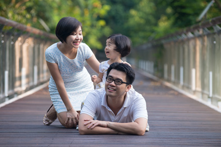 portrait de famille asiatique sur un pont dans la matinée