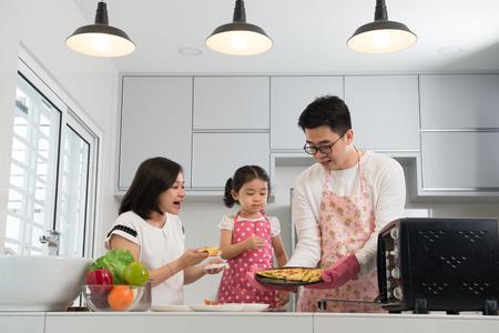 Aziatische familie bakken in de keuken Stockfoto