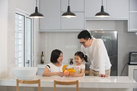 Aziatische familie koken in de keuken Stockfoto