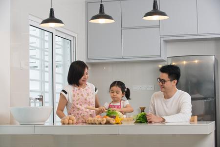 Famille asiatique cuisine à la cuisine Banque d'images - 70444078