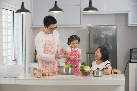 キッチンで料理のアジア家族 写真素材