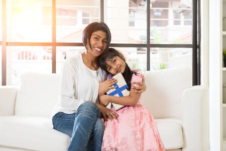 インドの母と娘の存在を与えること 写真素材