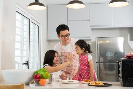 famille asiatique cuisine à la cuisine