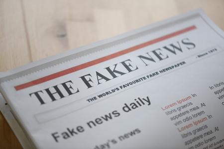 テーブル上の偽のニュース用紙 写真素材
