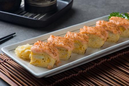 Aburi Salmon Engawa sushi roll 写真素材 - 101928329