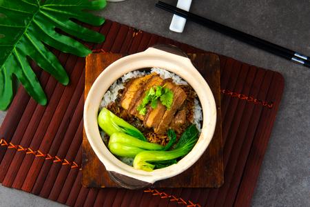 Schweinebauch-Tontopf-Reis