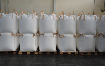 L'empilement de marchandises en vrac dans des sacs jumbo est stocké dans un entrepôt