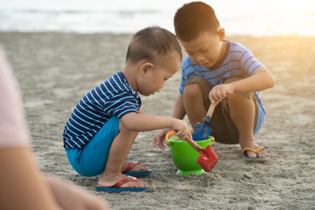 asian boys playing on the beach 版權商用圖片