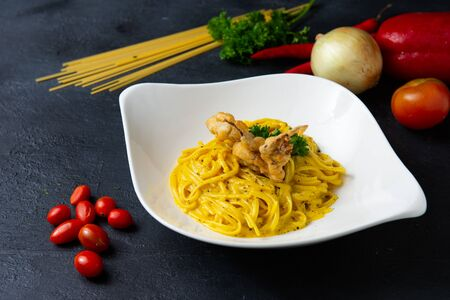 Spaghetti with olive oil with crab and topping with deep fried soft shell crab 免版税图像