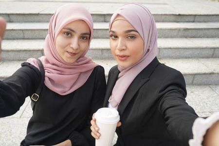 malay business woman team with hijab making selfie. 免版税图像