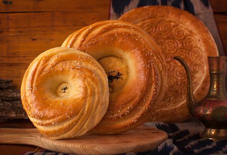 Heerlijk, voedzaam en gezond brood. Traditioneel brood is plat brood. Oezbekistan. Stockfoto