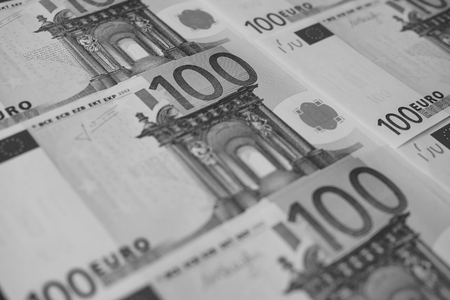 several banknotes of 100 euros close-up, monochrome 版權商用圖片