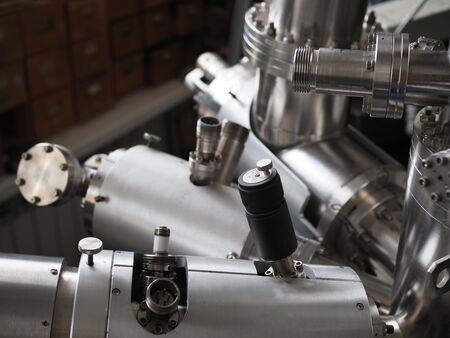 Espectrómetro de masas en primer plano de un laboratorio.