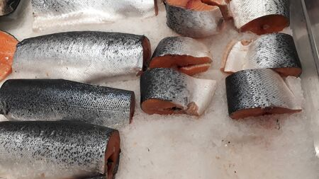 pieces of frozen red fish in ice in shopping mall. Stockfoto