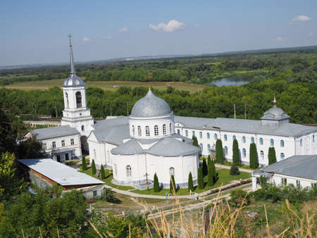 DIVNOGORIE, VORONEZH REGION, RUSSIA -august, 2020: View to the Divnogorsky male monastery with the Church of the Assumption. 新聞圖片