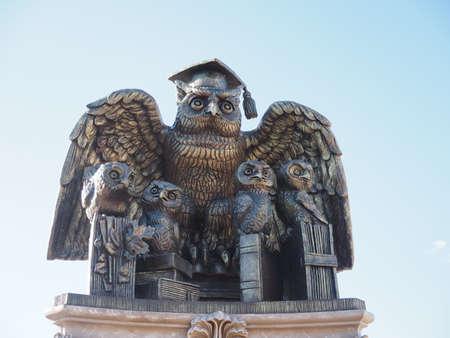 Symbol of wisdom and knowledge owl with owls. Sculpture on the Balashov embankment 版權商用圖片