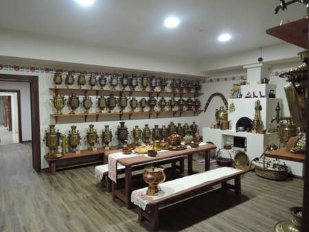 Old the end of the 19th - the beginning of the 20th century samovars in the museum. Russia, Saratov - january, 2016 新聞圖片