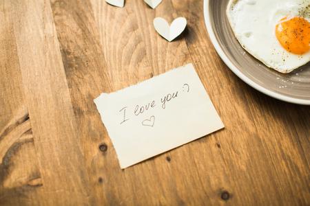 desayuno romantico: Desayuno rom�ntico con el D�a de San Valent�n en forma de coraz�n yaichnetsey Foto de archivo