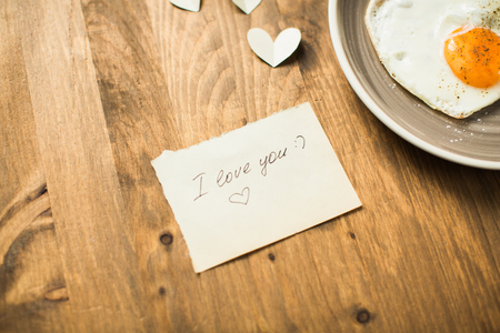 desayuno romantico: Romantic breakfast with yaichnetsey heart-shaped Valentines Day