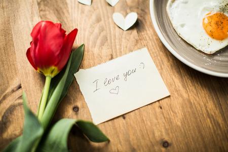 desayuno romantico: romántico desayuno con huevos revueltos en un día de San Valentín en forma de corazón Foto de archivo