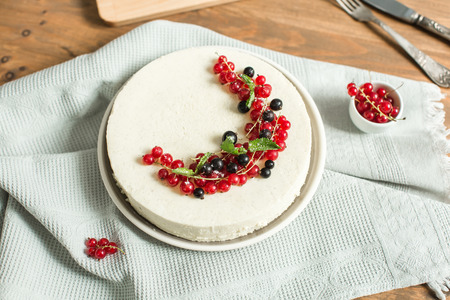 vanilla cake: mousse Vanilla cake with red currant