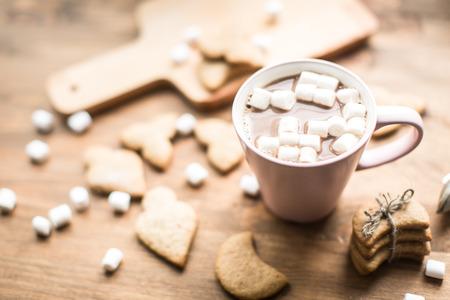 galletas de jengibre: chocolate caliente con galletas de jengibre y malvaviscos aire Foto de archivo