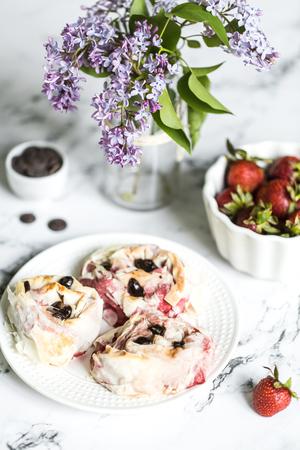 Strawberry rolls with chocolate