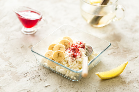 healthy breakfast: cottage cheese with banana