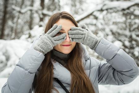 Junge Frau schloss ihre Augen im Winter