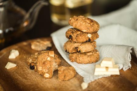 fresh oatmeal cookies with chocolate and tea Imagens
