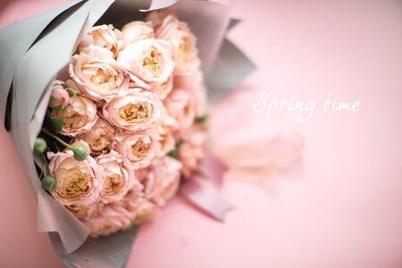 新鮮なピンクのバラの美しいブーケ、ヴィンテージスタイル