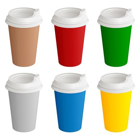 Reeks verschillende gekleurde beschikbare kartonglazen met plastic dekking voor koffie of thee, op een witte achtergrond