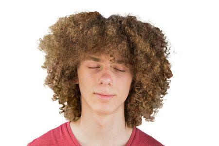 Porträt eines jungen, lockigen europäischen Mannes mit langen lockigen Haaren und geschlossenen Augen, träumend. sehr üppiges männliches Haar. lockiges haar für männer. ein Schloss der Leidenschaft. isoliert auf weißem Hintergrund.