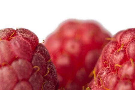 berries of red raspberries close-up. sweet summer medicinal berries macro details. Banque d'images - 129961555