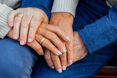 hands of an elderly couple close-up with a wedding ring on a finger 스톡 콘텐츠