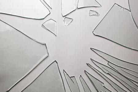 Fondo de vidrio roto para tus imágenes aisladas en blanco. Muchos grandes fragmentos de desmenuzado Foto de archivo
