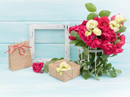 Róże w klatka, vintage ramka na zdjęcia i prezenty w stylu Shabby Chic. Świąteczne wnętrze.