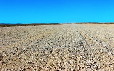 Droga gruntowa przez pustynię