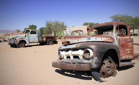 Vecchia macchina nel paesaggio di sabbia