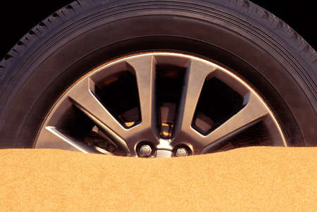 Close up of a car wheel stuck in the sand in the Namib desert. 版權商用圖片